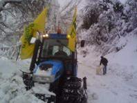 Neve, si mobilitano anche i trattori per pulire le strade