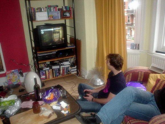Gli uomini che guardano troppa tv hanno meno spermatozoi di chi pratica sport