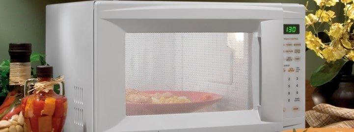 Cucinare con il microonde: 5 cose da sapere per usarlo in sicurezza - BioNotizie.com