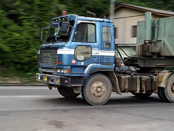 Il trasporto su gomma inquina e costa troppo, i dati choc dell'Agenzia per l'Ambiente europea
