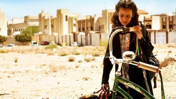 """L'Arabia Saudita """"apre"""" alle donne in bicicletta: ma solo nei parchi e accompagnate"""