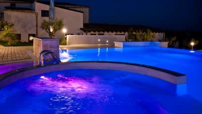 La suggestiva piscina dell'Agriturismo Baglio San Nicola