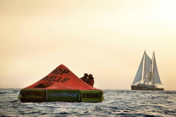 Greenpeace occupa la piattaforma offshore nel canale di Sicilia: Stop alle trivelle di Matteo Renzi