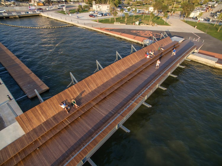 Bostanli Footbridge: una passerella in legno a Smirne in Turchia