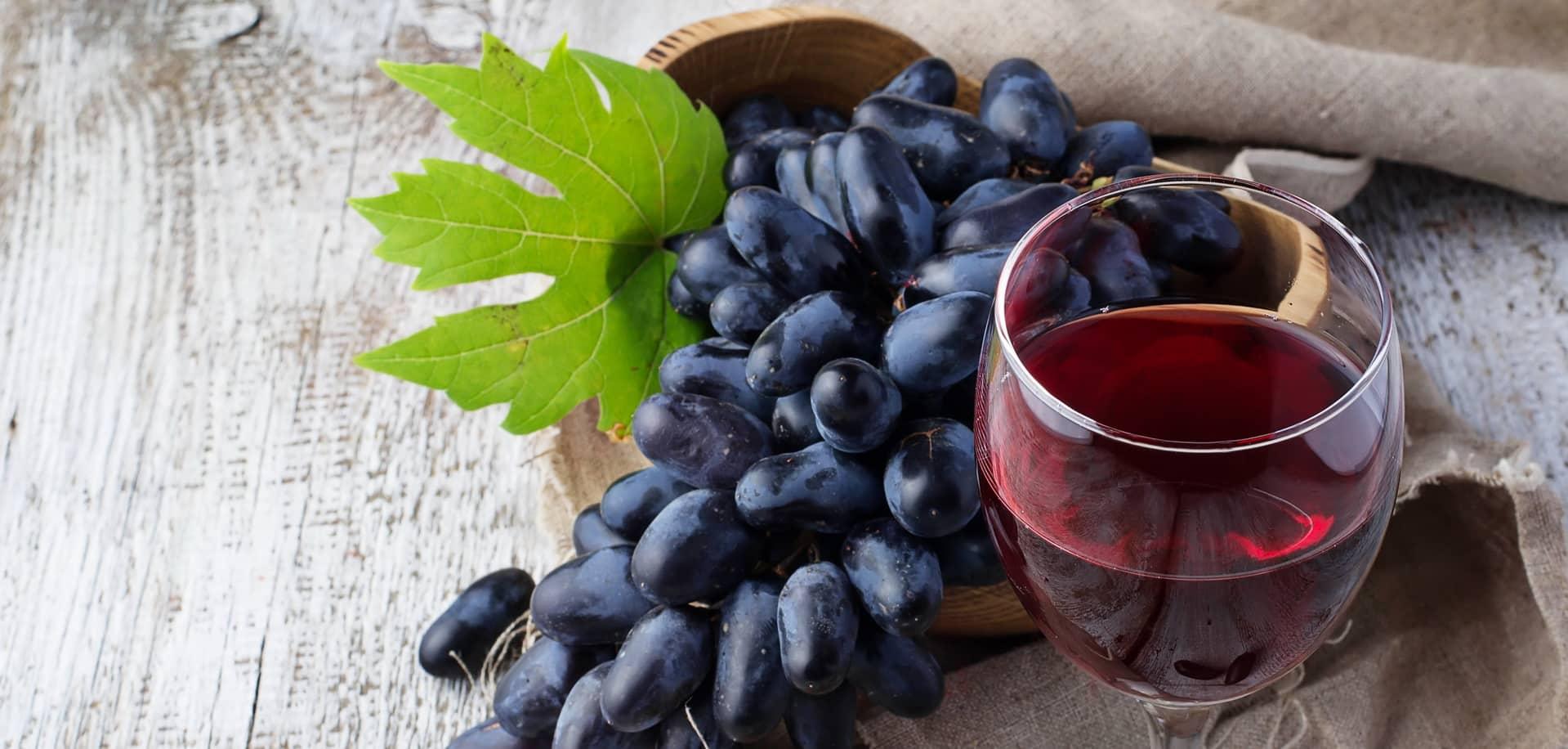 il vino rosso è un'importante fonte di flavonoidi e quindi catechine
